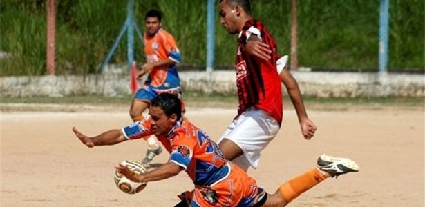 Atacante do Lapenna sofre falta durante a partida contra o Raízes