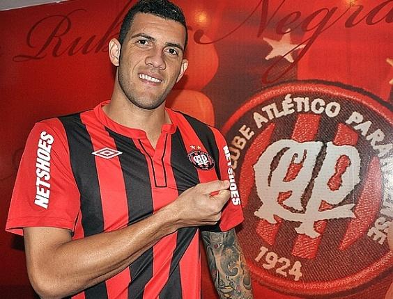 Atacante Fernandão é apresentado pelo Atlético-PR (08/05/2012)