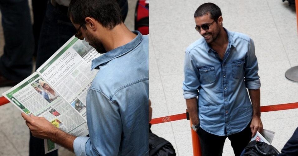 """Ator Ricardo Pereira é visto lendo o """"caso Carolina Dieckmann"""" em aeroporto (9/5/12)"""