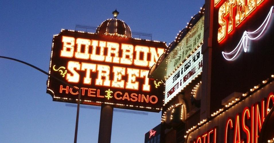 Bourbon Street, rua da cidade de Nova Orleans, Luisiana, famosa por shows de jazz