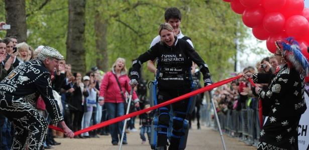Claire Lomas, de 32 anos, levou 16 dias para completar os 42 km da maratona