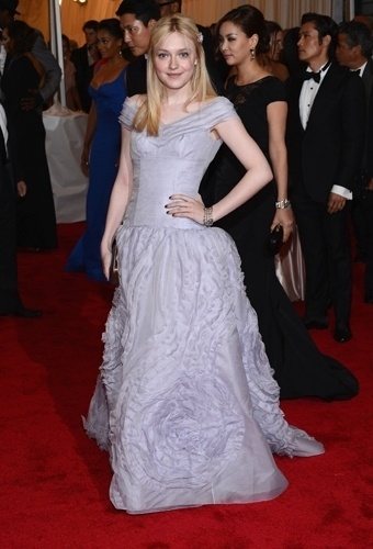 Dakota Fanning no baile de gala do MET 2012 (07/05/20120