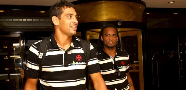 Diego Souza e Carlos Alberto deixam hotel do Vasco em Buenos Aires (07/05/2012)