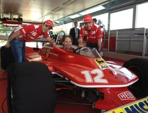 Felipe Massa e Fernando Alonso posam junto a Jacques Villeneuve em carro que foi do pai de canadense