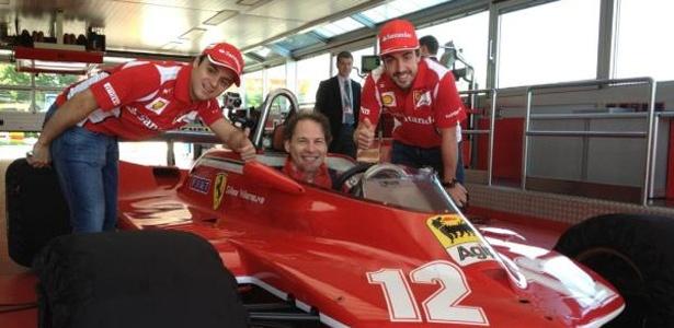 Felipe Massa e Fernando Alonso posam junto a Jacques Villeneuve na homenagem