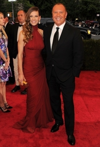 Hilary Swank e Michael Kors no baile de gala do MET 2012 (07/05/20120