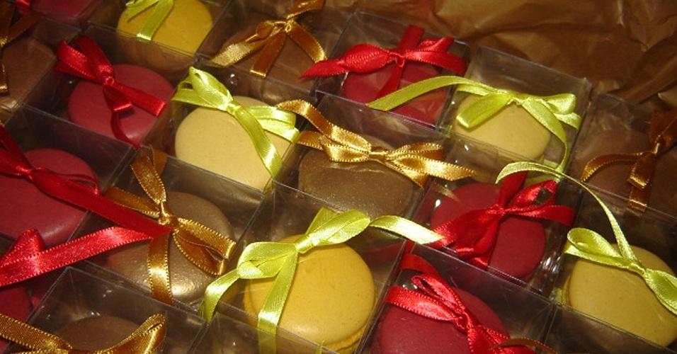 A Viva os Macarons (www.vivaosmacarons.com) tem os doces em sabores como blueberry, limão siciliano, chocolate com laranja, frutas do bosque, entre outros. Os macarons como lembrancinha custam em média R$ 3,50 por unidade. Tel.: (19) 9106-5743. Preço pesquisado em maio de 2012 e sujeito a alterações