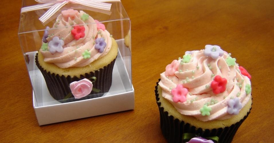 Cupcake de baunilha decorado com buttercream sabor morango com flores em pasta americana da Chocoholic (www.chocoholic.com.br), a partir de R$ 6 por unidade. Tel.: (11) 8136-5242. Preço pesquisado em maio de 2012 e sujeito a alterações