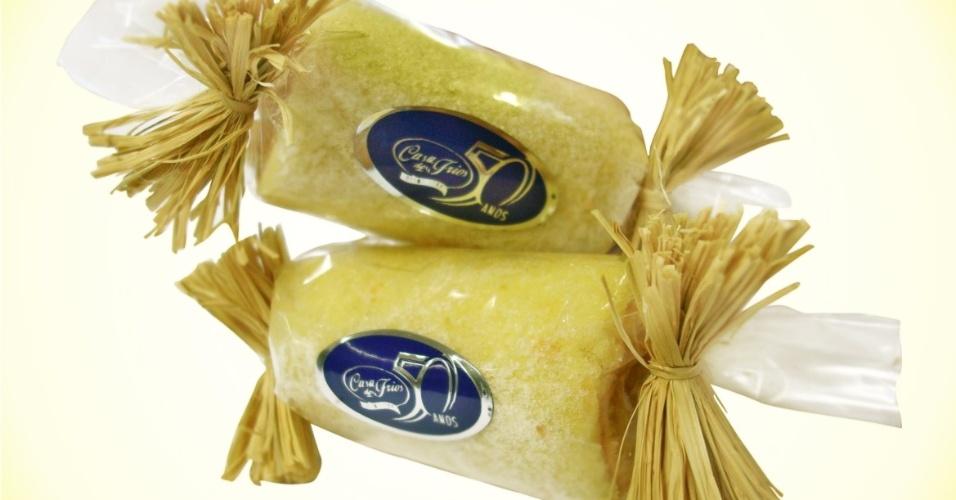 O bombom de bolo de rolo da Casa dos Frios (www.casadosfrios.com.br), de Recife (PE), tem aproximadamente 40 gramas e custa R$ 4 a unidade. Tel.: (81) 2125-000. Preço pesquisado em maio de 2012 e sujeito a alterações