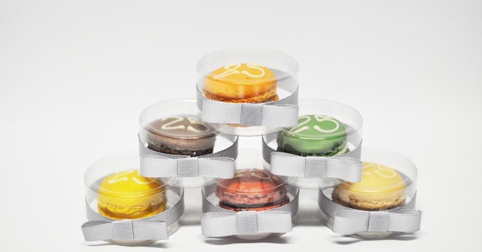 Macarons em caixa de acetato individual com fita, da Jean et Marie Atelier de Doces (www.jeanetmarie.com.br), doceria em SP, custam a partir de R$ 5,70 a unidade. Tel.: (11) 3044-1197. Preço pesquisado em maio de 2012 e sujeito a alterações