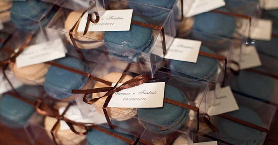Os macarons da Jean et Marie Atelier de Doces (www.jeanetmarie.com.br), doceria em SP, são de sabores como avelã, framboesa e até crème brulée, piña colada e gianduia. Para casamentos, as caixinhas de acetato personalizadas, com duas unidades do doce, custam a partir de R$ 16,50. Tel.: (11) 3044-1197. Preço pesquisado em maio de 2012 e sujeito a alterações