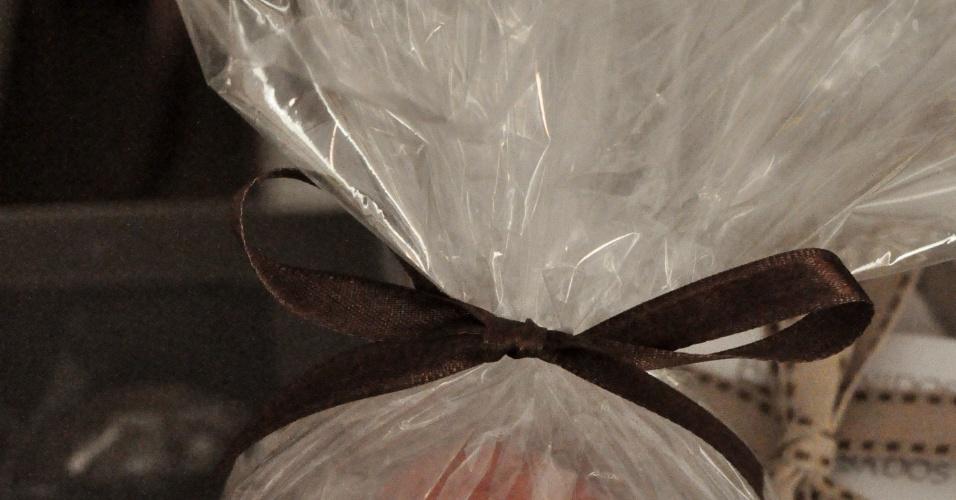 A esfera de acrílico grande comporta seis macarons sortidos e custa R$ 19, a unidade. Da Suzana Pimenta Bem-Casados e Doces Finos (SP) (www.suzanapimenta.com.br). Tel.: (11) 2667-4287. Preço pesquisado em maio de 2012 e sujeito a alterações
