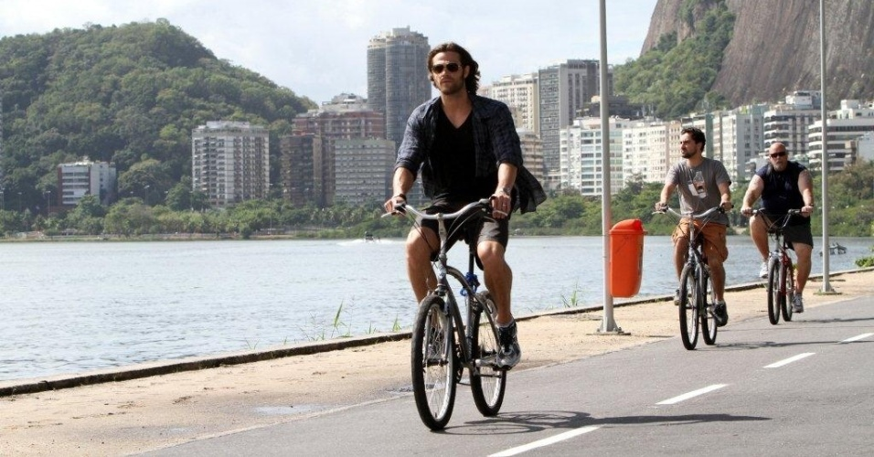 Jared Padalecki pedala pela orla da Lagoa Rodrigo de Freitas, zona sul do Rio (8/5/12)