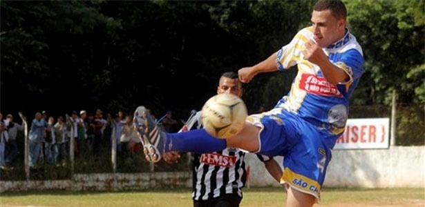 Jogador do Jardim São Carlos afasta o perigo da área