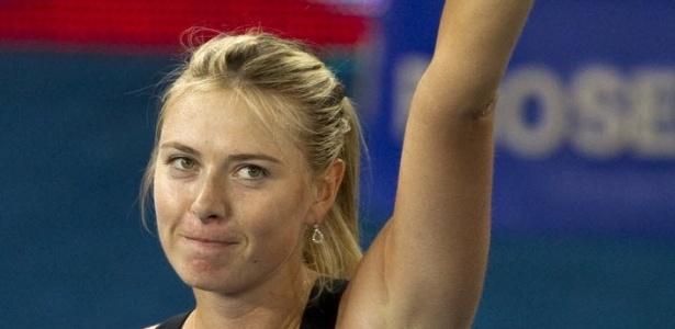 Maria Sharapova agradece o apoio da torcida após a vitória contra Klara Zakopalova