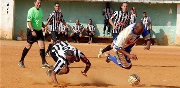 Meia do Jardim São Carlos sofre falta durante a partida contra o Botafogo