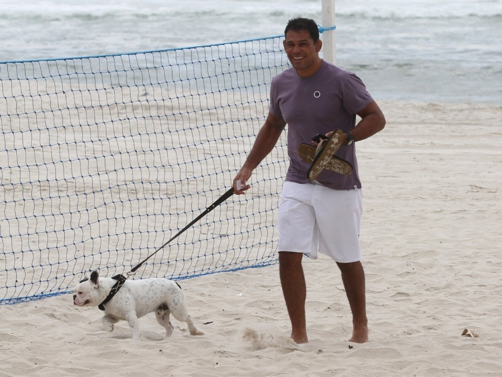 Minotauro passeia com seu cachorro de estimao pela praia da Barra da Tijuca, zona oeste do Rio (8/5/12)