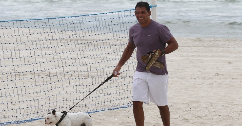 Minotauro passeia com seu cachorro de estima&#231;&#227;o pela praia da Barra da Tijuca, zona oeste do Rio (8/5/12)