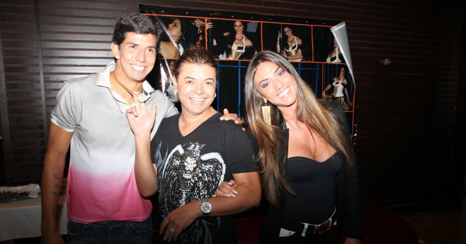 Nicole Bahls e o namorado, Victor Ramos, jogador de futebol do Vit&#243;ria, assistem a pe&#231;a &#34;Gina Tangerina&#34; no Pampa Grill, ao lado do promoter David Brazil. O casal tinha se separado em abril, mas no in&#237;cio de maio reataram o namoro (8/5/12)