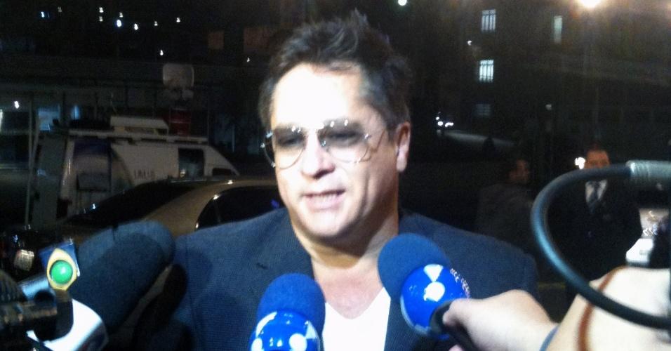 O cantor Leonardo conversa com jornalistas na porta do hospital Sírio-Libanês, em São Paulo (8/5/12)