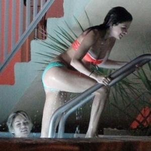 Selena Gomez mostra corpo ao sair de piscina nas filmagens de