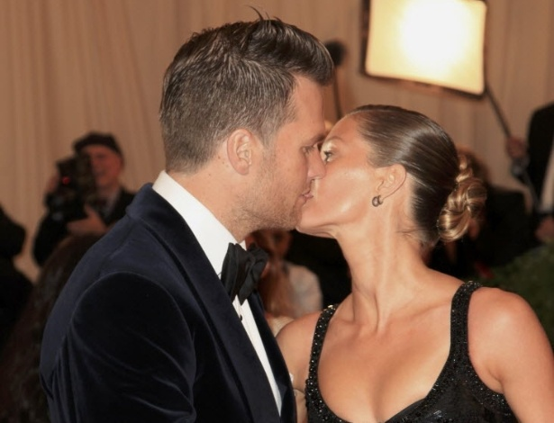 Tom Brady beija a mulher Gisele Bundchen durante o evento de moda MET, em Nova York (8/5/12)