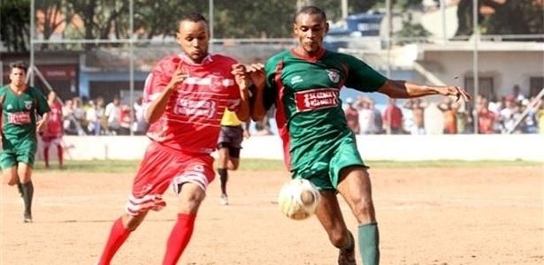 Volantes de Associação Iguape (verde) e Comercial (vermelho) brigam pela posse da bola