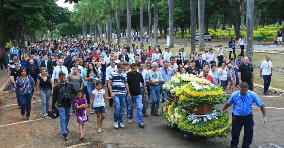 9.mai.2012 - Corpo do delegado Vinícius Batista da Silva, morto na queda do helicóptero da Polícia Civil em Piranhas (GO), foi sepultado no Cemitério Jardim da Palmeiras, em Goiânia
