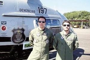9.mai.2012 - Helicóptero da Polícia Civil caiu na terça (8) na Fazenda Boi, próximo ao município de Piranhas, em Goiás. Oito pessoas morreram no acidente, entre eles o delegado Bruno Rosa Carneiro (à direita)