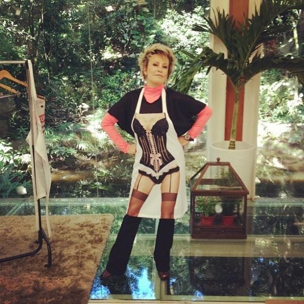 Ana Maria Braga publica foto de avental com estampa de lingerie e diverte os fãs (9/5/12)