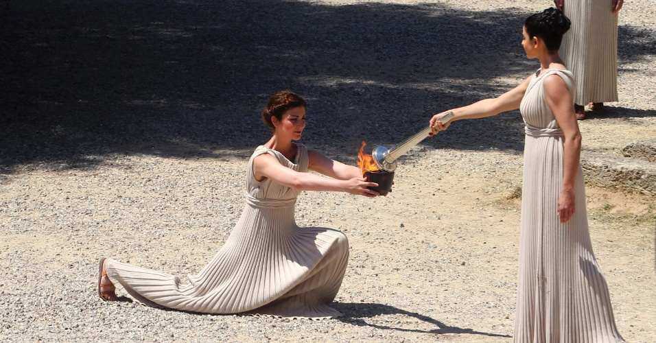 Atores realizaram ensaio para a cerimônia que irá acender tocha dos Jogos Olímpicos de Londres, na cidade de Olímpia, na Grécia