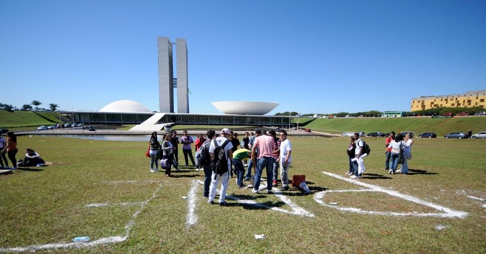 Estudantes promovem nesta quarta-feira (9), no gramado em frente ao Congresso Nacional, um ato em defesa da aprovação imediata do PNE (Plano Nacional de Educação), em tramitação na Câmara dos Deputados