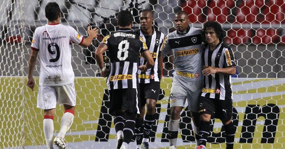 Jogadores do Botafogo comemoram pênalti defendido por Jefferson. A penalidade foi cometida por Lucas, que foi expulso por colocar a mão na bola