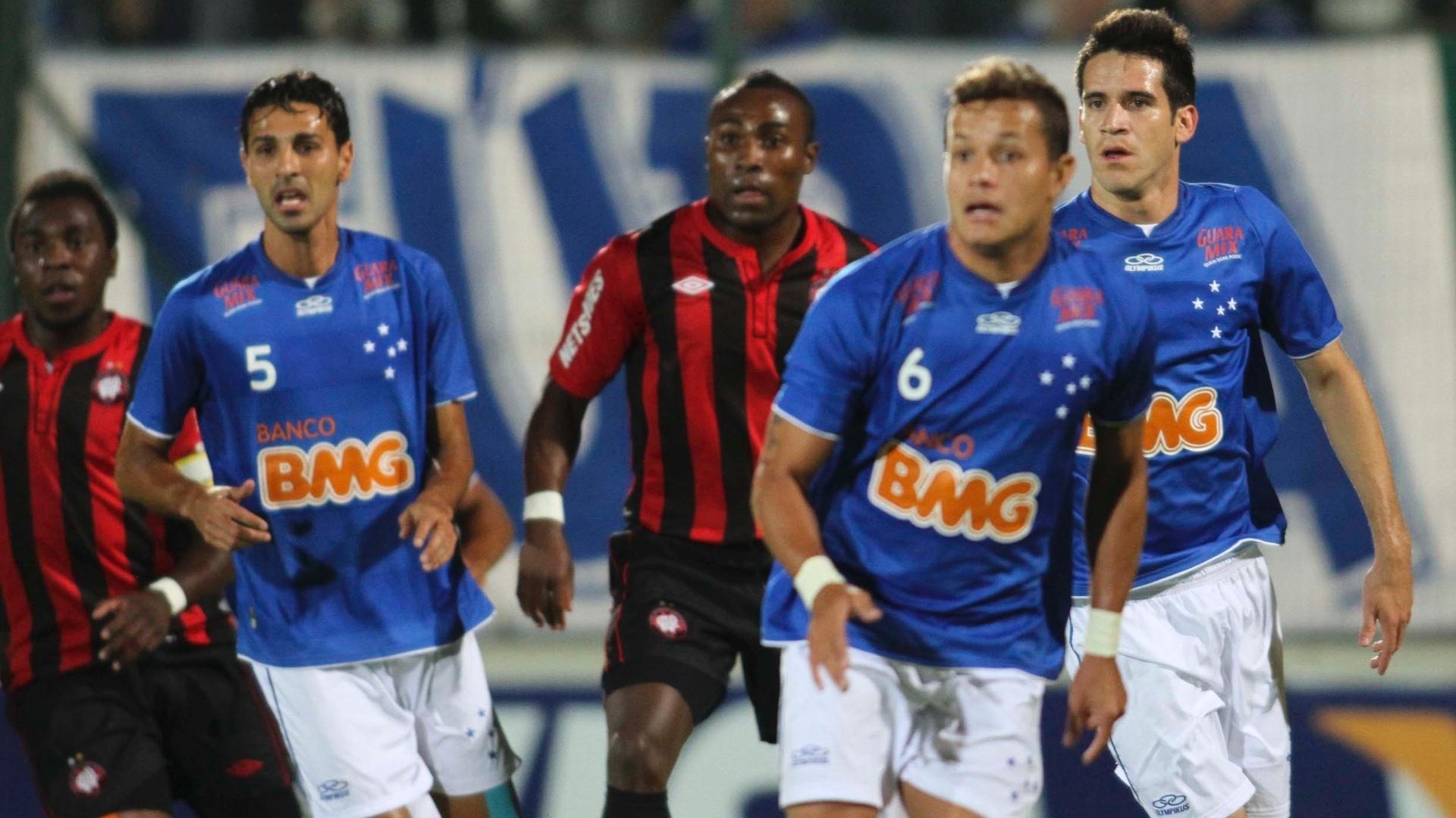 Jogadores do Cruzeiro e do Atlético-PR disputam espaço