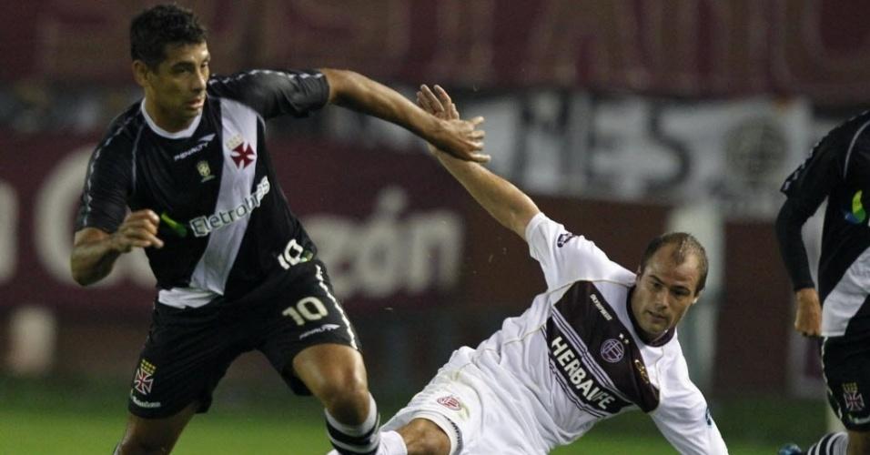 Meia Diego Souza, do Vasco, disputa a posse de bola com Matias Fritzler, do Lanús, em jogo na Argentina, pelas oitavas de final da Libertadores