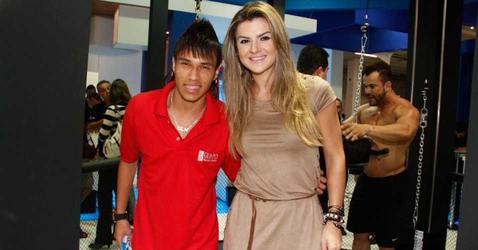 Mirella Santos posa ao lado de sósia de Neymar durante evento, em São Paulo (9/5/12)