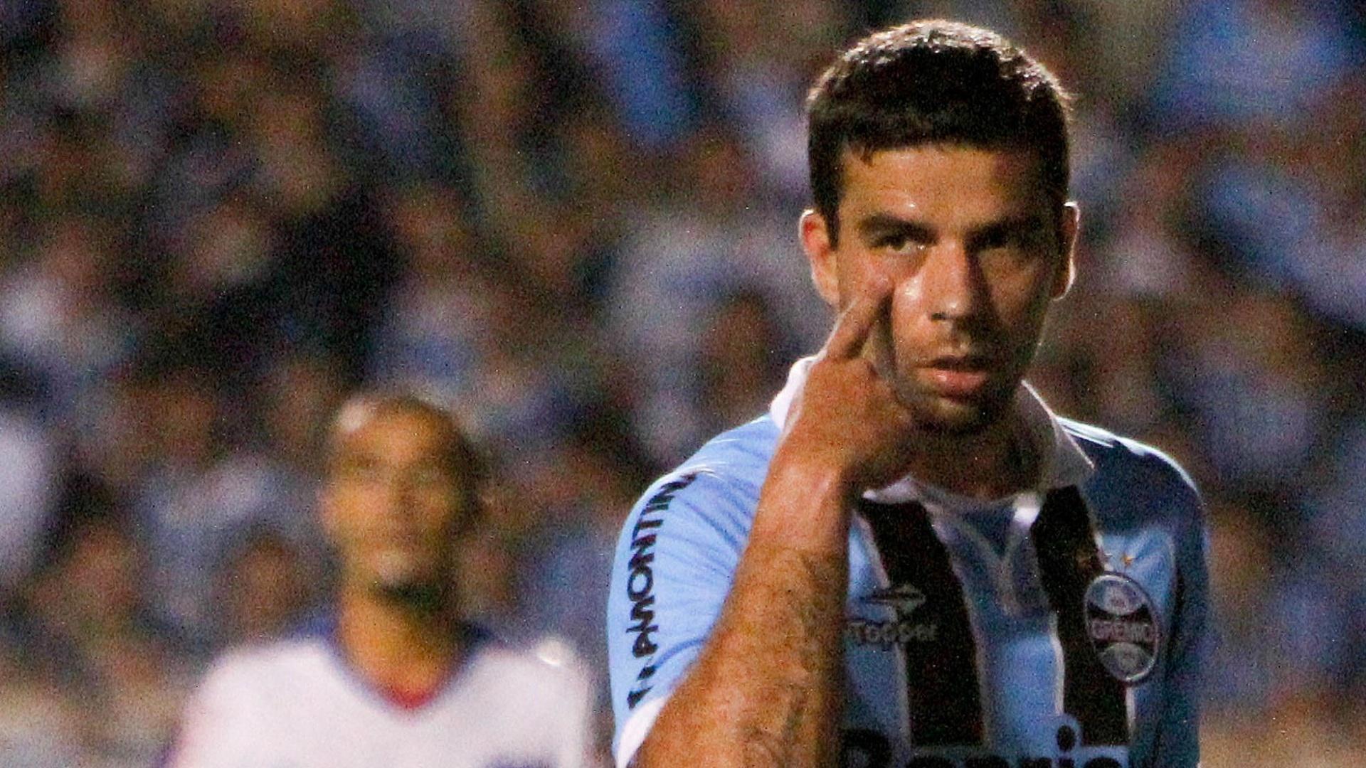 O atacante André Lima, do Grêmio, sinaliza durante partida contra o Fortaleza