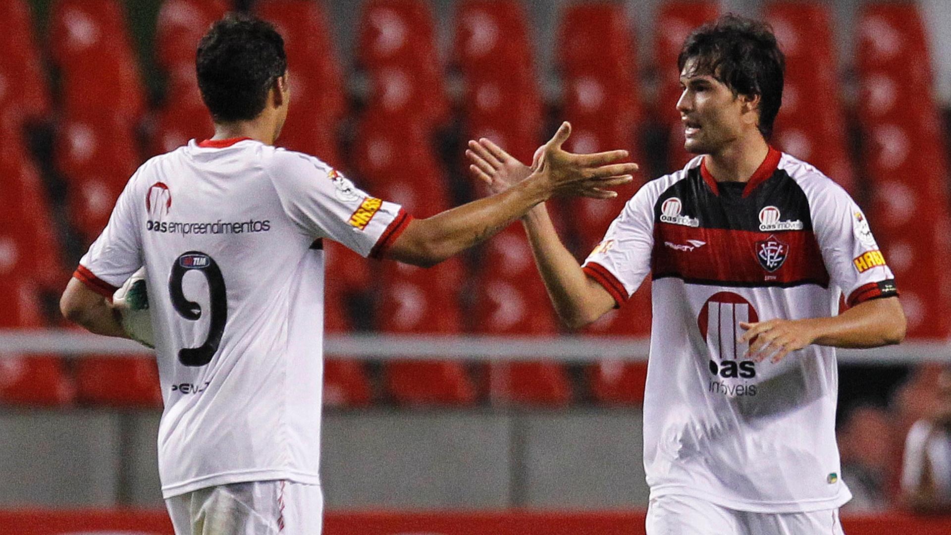 Pedro Ken, do Vitória, comemora com Neto Baiano após deixar sua marca contra o Botafogo
