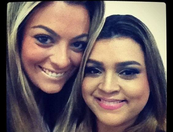 Preta Gil divulga foto com a ex-BBB Monique Amin em bastidor de seu show (9/5/12)