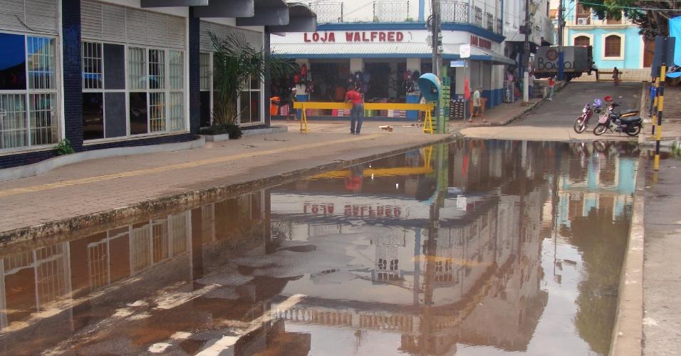 10.mai.2012 - A cidade de Santarém, no Pará, solicita decreto emergencial ao Sistema Nacional de Defesa Civil nesta quinta (10). O índice pluviométrico, segundo a régua da Agência Nacional das Águas (ANA) marca 8,2 metros acima do nível no rio Tapajós. A principal via da cidade, a  avenida Tapajós, e outras vias adjacentes estão com o trânsito interditado devido à enchente