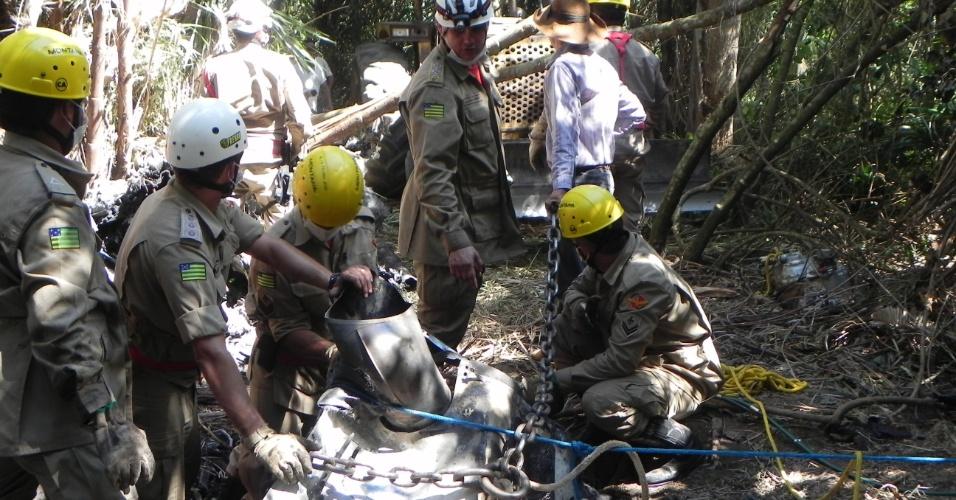 10.mai.2012 - Bombeiros participam do resgate de corpos e destroços do helicóptero que caiu em Goiás