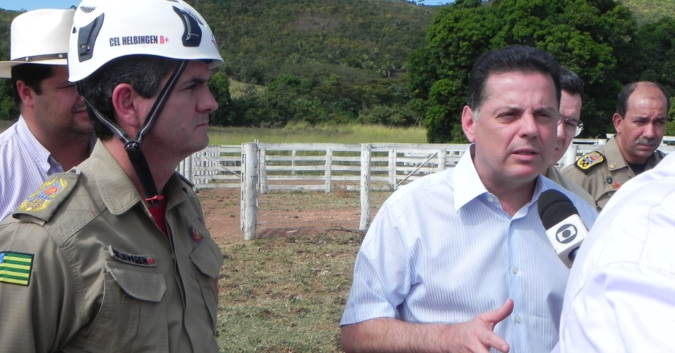 10.mai.2012 - O governador de Goiás, Marconi Perillo (PSDB), concede entrevista na área onde um helicóptero da Polícia Civil caiu e matou oito pessoas