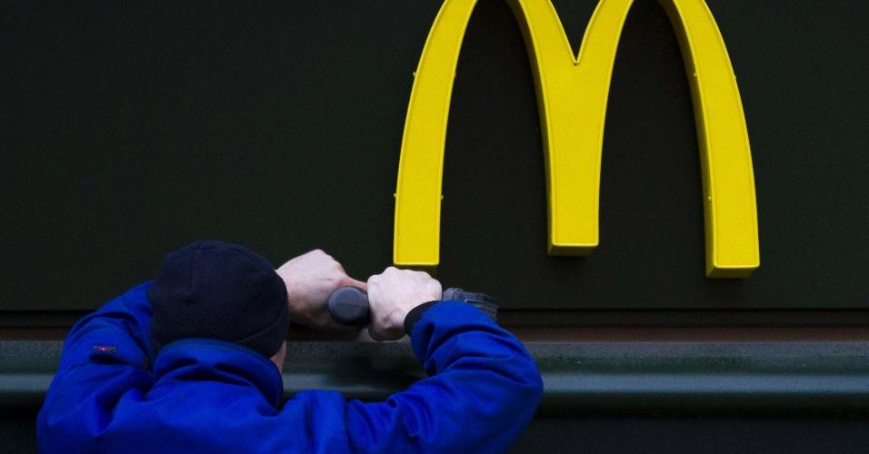 20.mar.2012 - A franquia da rede McDonald's do shopping Praia de Belas, na zona sul de Porto Alegre, é interditada após a Vigilância Sanitária vistoriar o local e encontrar sujeira e insetos, incluindo baratas