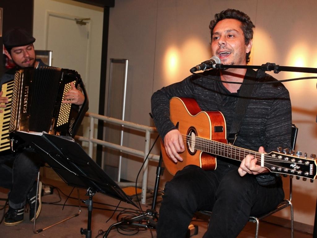 Alexandre Nero faz pocket show na Fnac, localizada no bairro dos Jardins, em São Paulo (10/5/12)