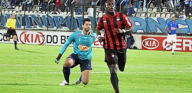 Atacante Guerrón corre para comemorar, após marcar gol contra Cruzeiro (09/05/2012)