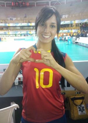 Catalina Charry, jogadora da Colômbia, posa para foto fazendo o coraçãozinho que recebeu dos torcedores
