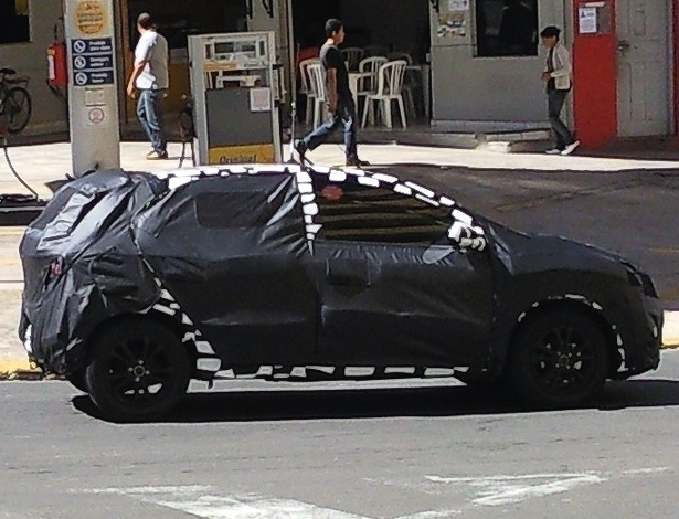 Chevrolet Ônix hatch circula pela cidade de Serra Negra (SP); carro segue misterioso