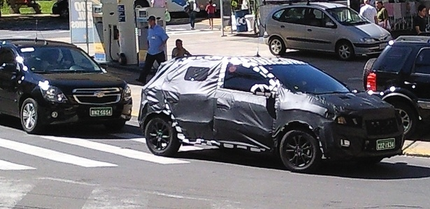 Chevrolet Ônix (nome provisório) hatch circula por Serra Negra (SP) escoltado por um Cobalt: compacto que completará renovação da marca permanece misterioso
