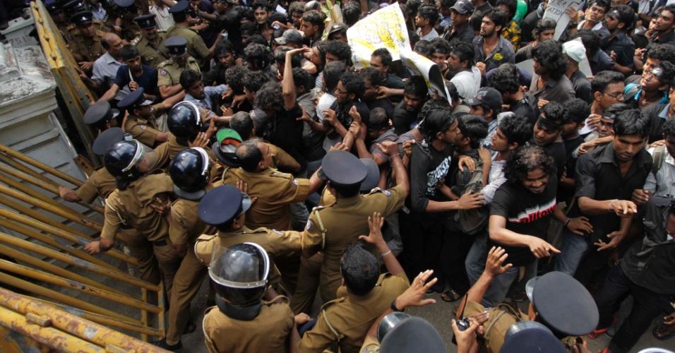Estudantes do Sri Lanka que tentavam entrar no prédio do Ministério da Educação do país entram em confronto com a polícia. Os manifestantes protestam contra a nova política educacional do governo, pois temem que ela possa acabar com a educação gratuita no país