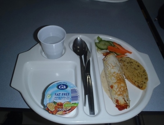 """""""Eu adoro comida mexicana e a 'Galinha Fajita' estava muito boa. Eu voltei para pegar salada porque não havia pegado da primeira vez"""". Nota: 8/10. Salubridade: 6/10. Preço: 2 libras. Fios de cabelo na comida: nenhum, nem o meu."""